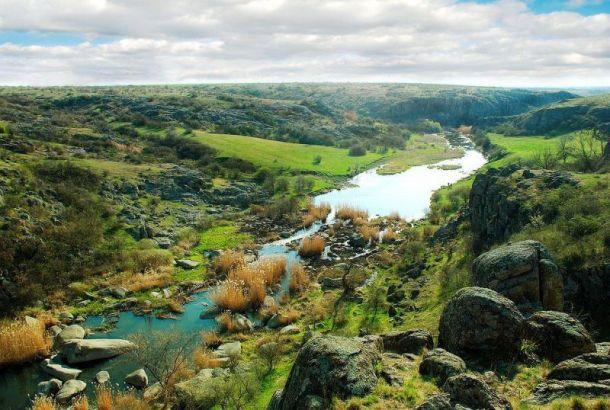 Купаться в Актовском каньоне можно только в строго отведенных для этого местах