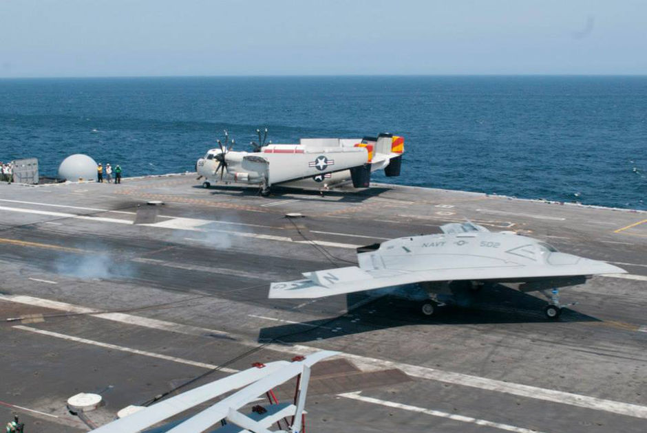 Беспилотный летательный аппарат X-47B UCAS-D впервые совершил посадку на палубу авианосца