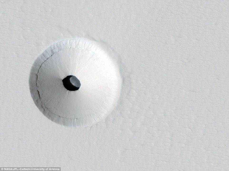 В кратере обнаружили скрытую пещеру