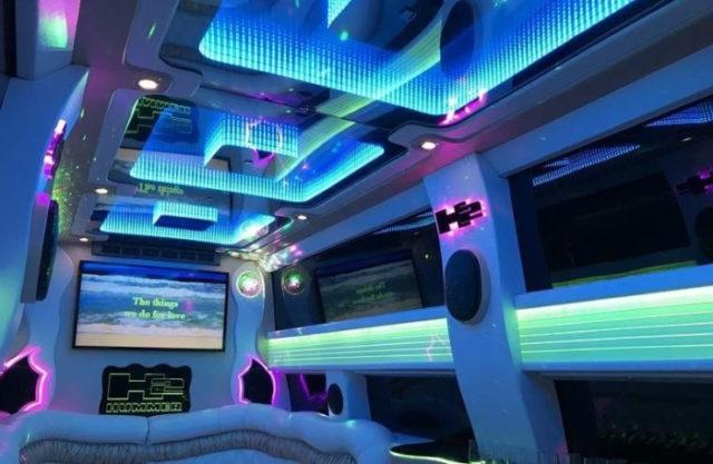 Длина лимузина - 14 метров, салон рассчитан на 28 человек
