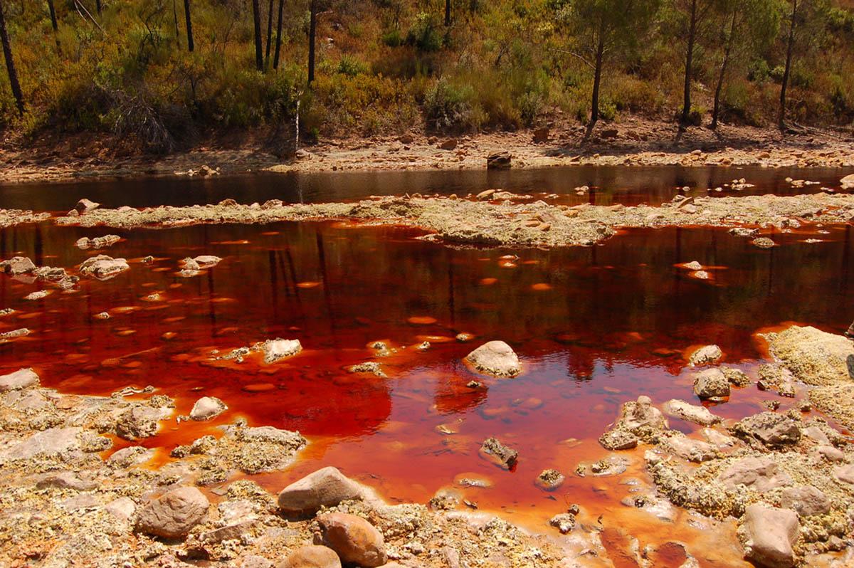 100-километровая Рио-Тинто красная из-за повышенной кислотности, содержания меди и железа