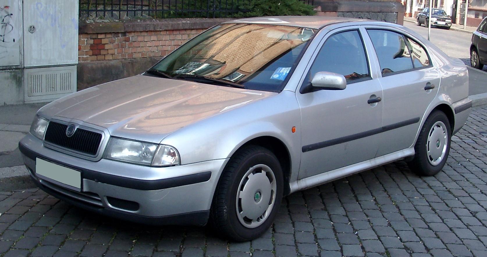 ... и ее конкурент Skoda Octavia 1-го поколения