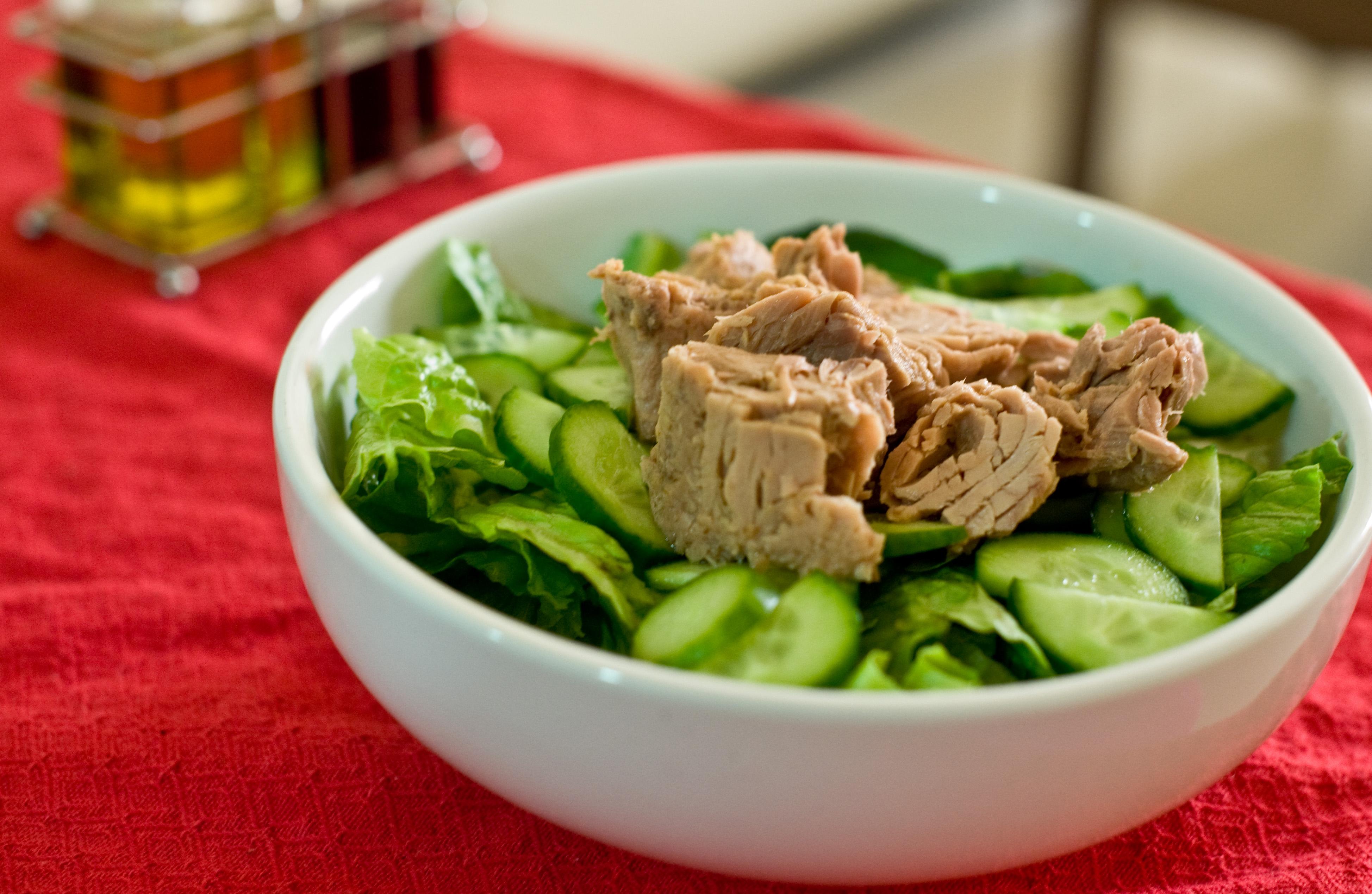 Тунец - отличное дополнение к овощному салату