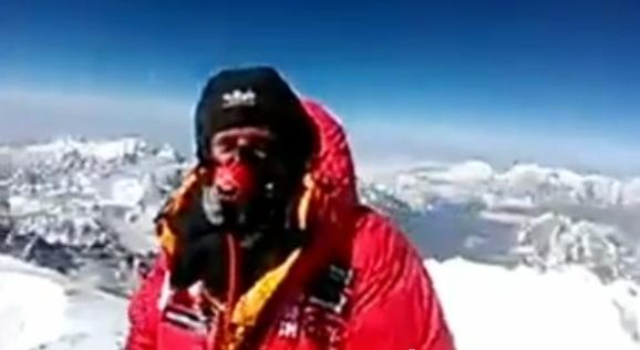 Дэниел Хьюз на вершине горы Эверест звонит при помощи HTC One