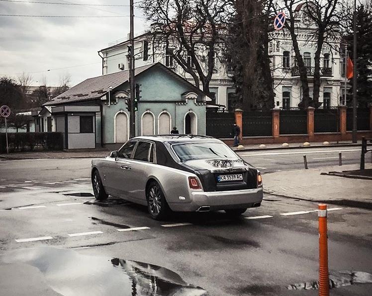 Rolls-Royce Phantom VIII заснят на выезде от многоквартирного дома, в котором живет президент Зеленский