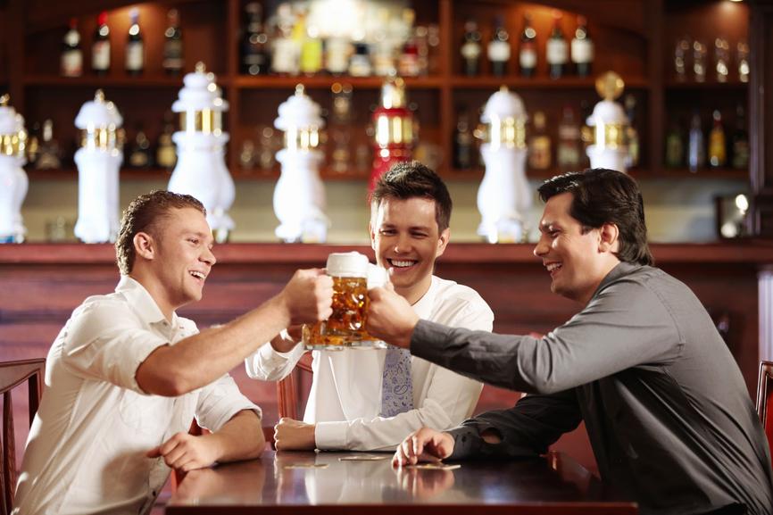 С друзьями в баре есть риск не только переесть, но и перепить