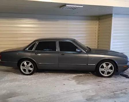 XJ 2003 года оснащен 4,0-литровым V8 мощностью 290 л.с.