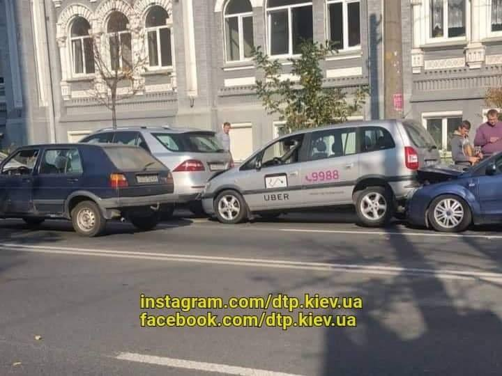 Авария произошла на улице Мечникова, возле КНЕУ
