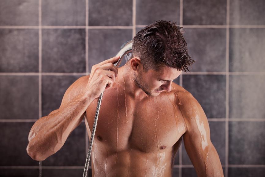 красивый мужчина моется душе