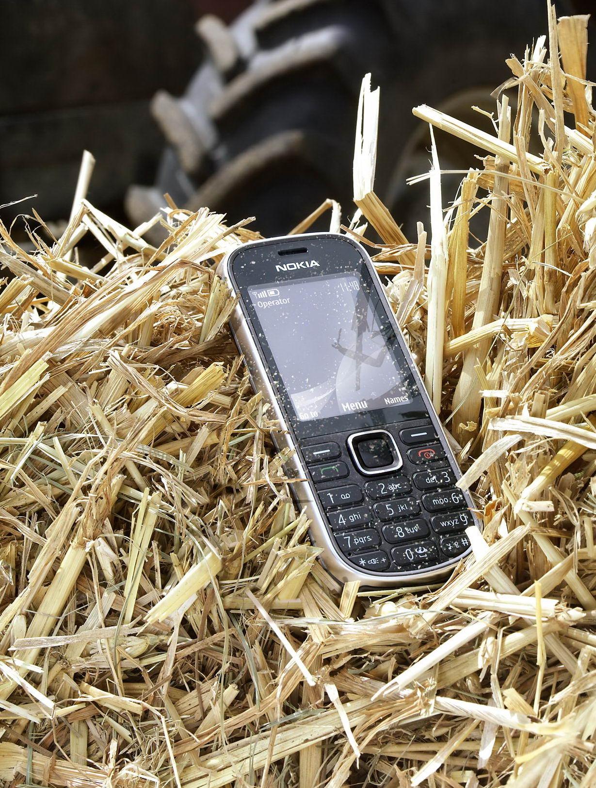 Третье место за классикой. Nokia 3720 Classic поднялась на одну строчку вверх за месяц.