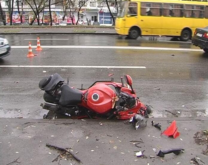 Мотоцикл врезался из-за плохой погоды