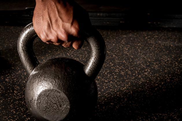 Гиря - настоящее мужское железо, но с ней лучше осторожнее