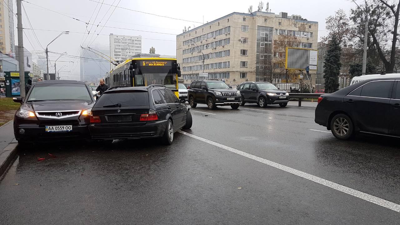 BMW влетел в припаркованные авто