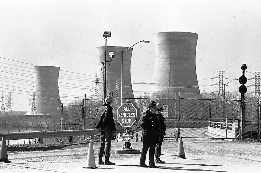 Полицейский и охранники АЭС дежурят у ворот станции