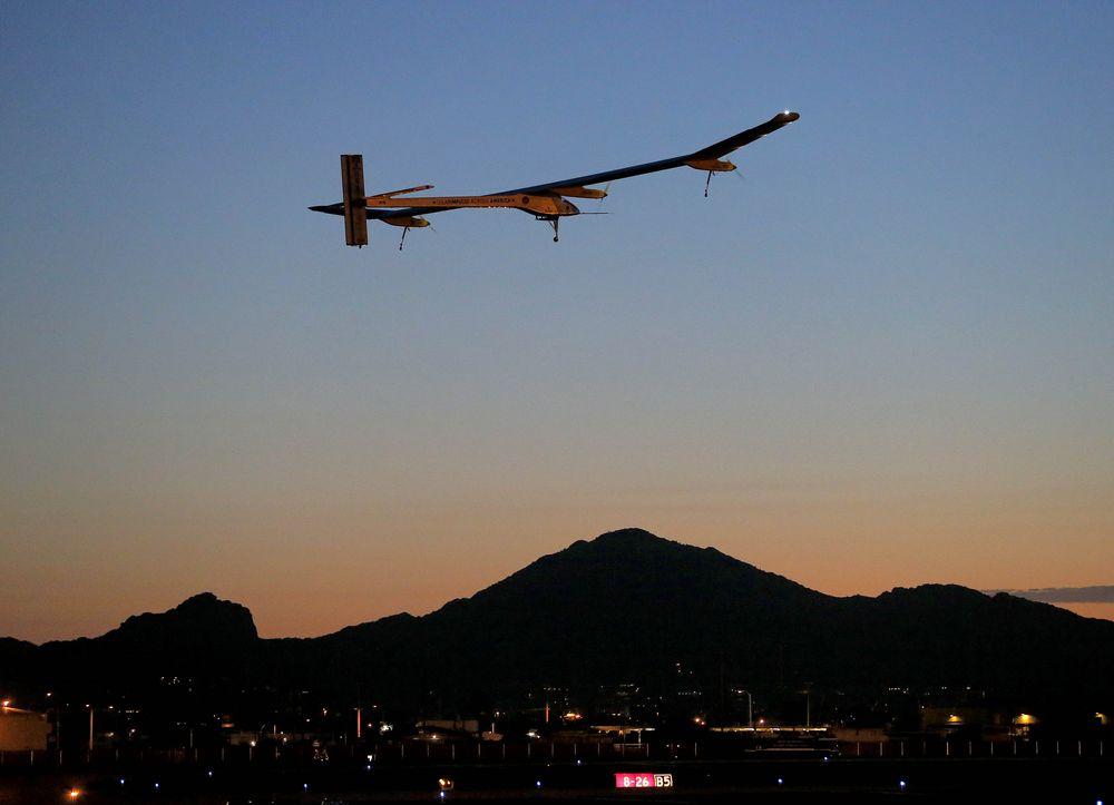 Первый полет самолета на солнечных батареях днем и ночью