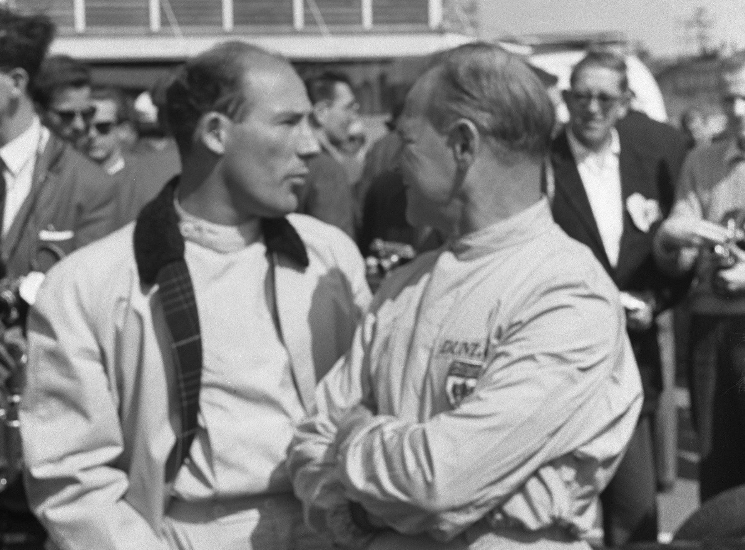 Мосс слева с  Иннес Айрлендом в 1961 году