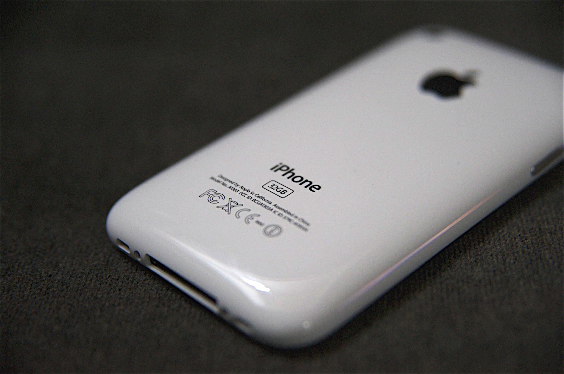 iPhone 3GS - 2009-й год. Утолщенный корпус, увеличенный объем оперативной памяти до 256 мб, а пользовательской - до 32 Гб. Новый процессор с частотой 833 мгц позволил смартфон работать вдвое быстрее предыдущих моделей.