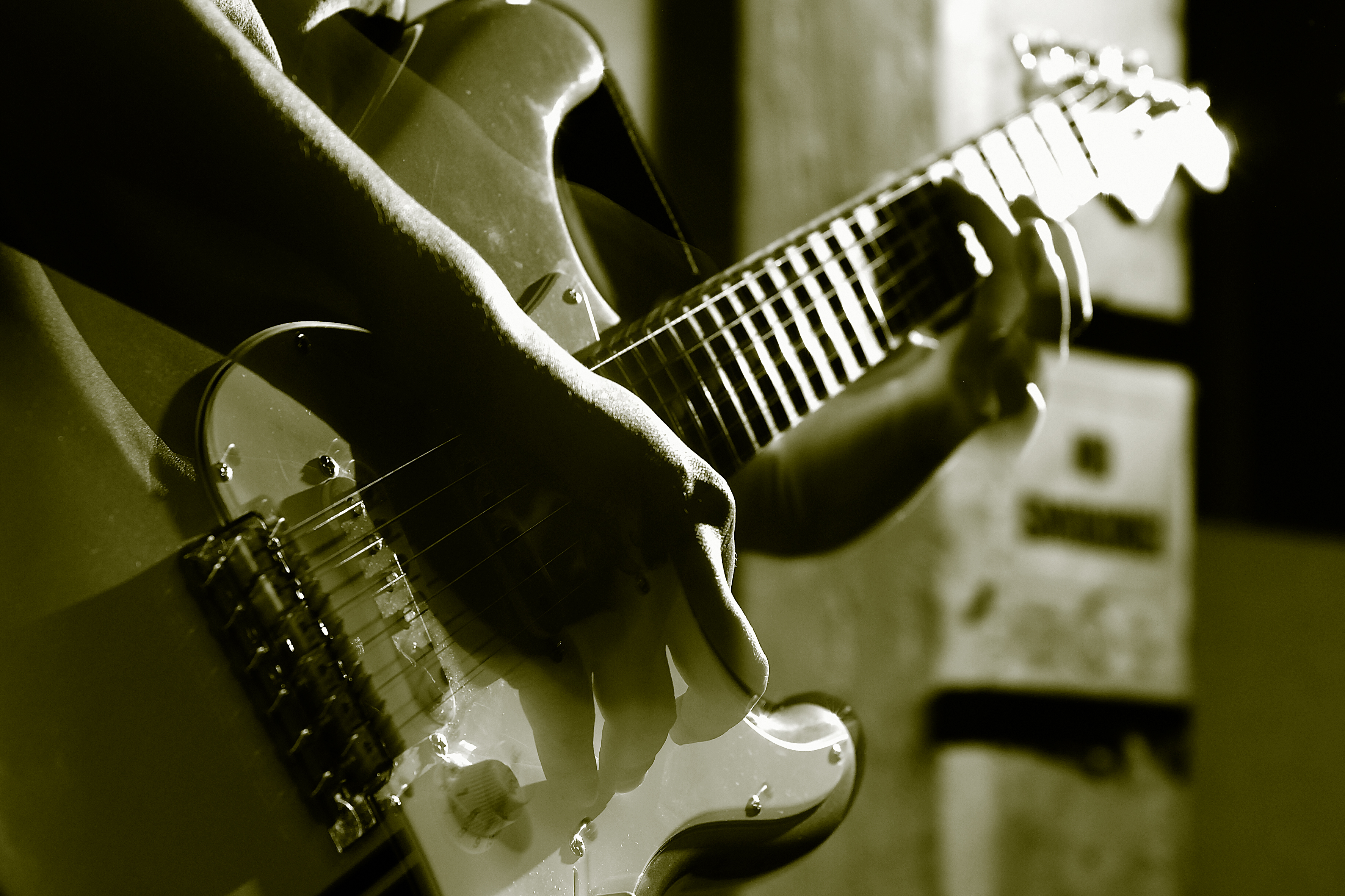 Гитара - один из главных аксессуаров романтики