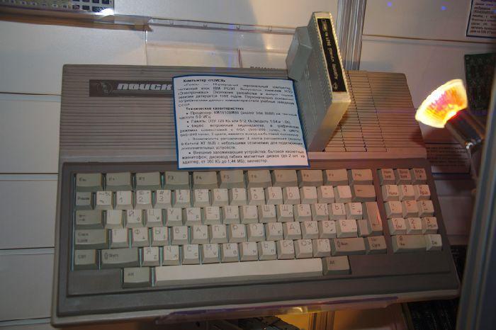 Компьютер «Поиск» с платорй расширения оперативной памяти. Для многих он был первым домашним компьютером.