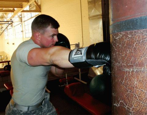 Упражнение с боксерской грушей. 30 минут на 4 боксерских позициях, по 35 ударов. Развивает силу, выносливость, улучшает вентиляцию легких