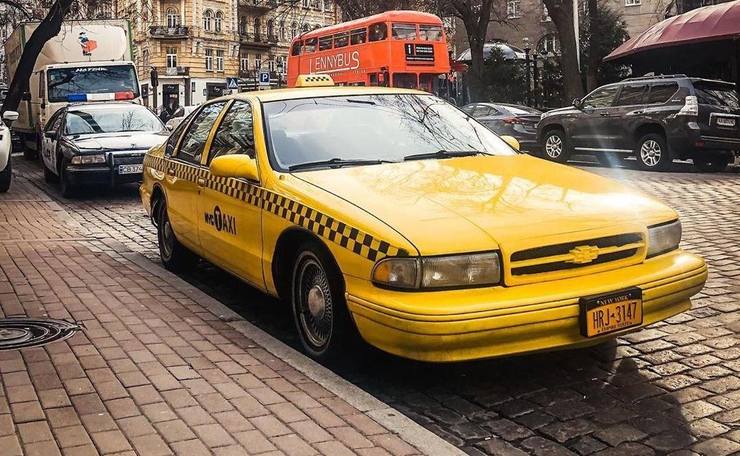 Такси Chevrolet Impala 1994 с нью - йоркским номером, набирает 100 км/ час за 7,6 с