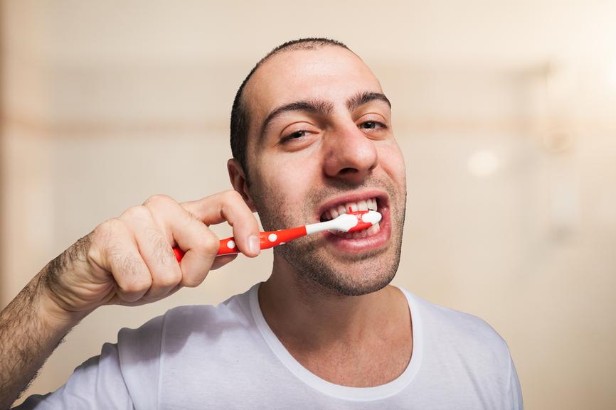 Чистить зубы рекомендуется не чаще двух раз в день