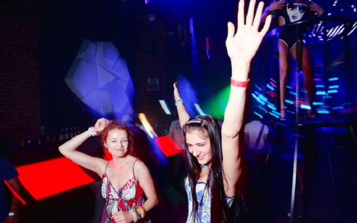 Стеснялась но разделась в ночном клубе 3 фотография