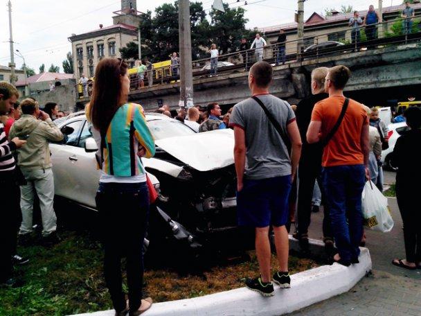 Свидетели аварии окружили Инфинити, не давая уехать с места ДТП