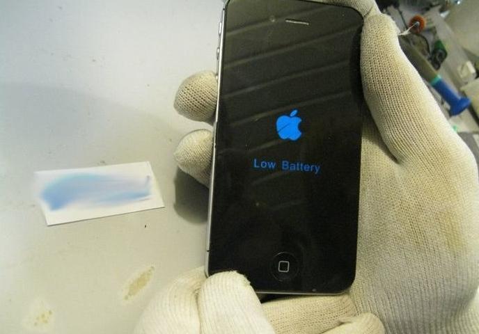 Дисплей показывет, что заряд батареи очень низкий. Может надо подзарядить?