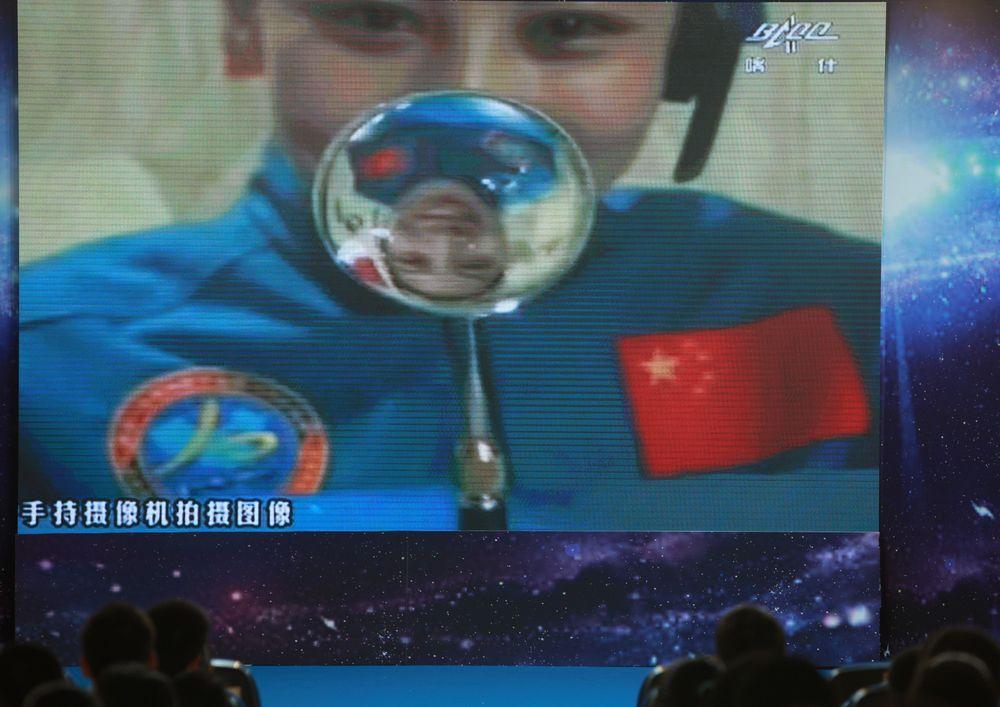 Ван Япин читает лекцию из космоса