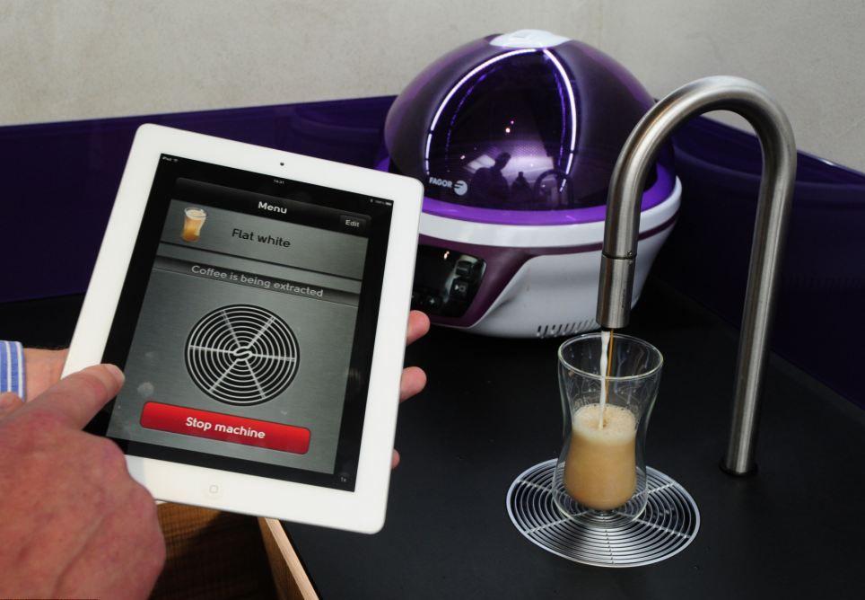 Кофеварка за $12 тыс управляется нажатием на планшет.
