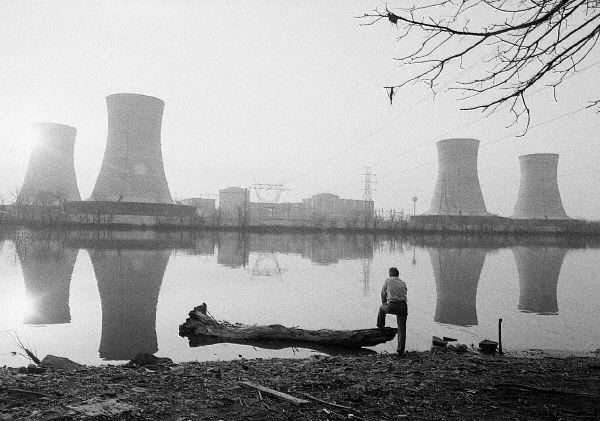 Вид на АЭС Тримайл-Айленд через двое суток после аварии 28 марта 1979 года
