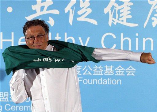 Билл Гейтс надевает футболку с надписью «Скажи нет пассивному курению». Китай, 2011 год