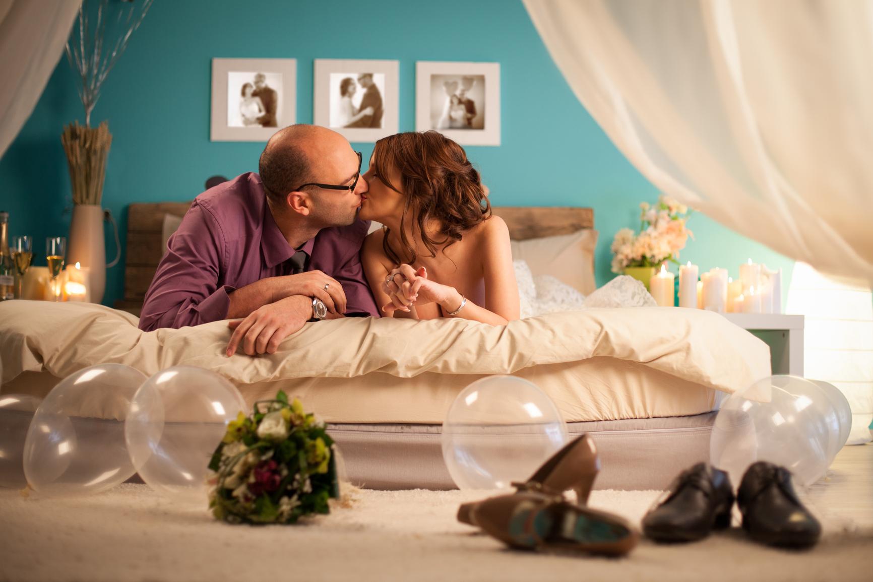 Первая брачная ночь невесты онлайн, рука и предметы в жопе видео