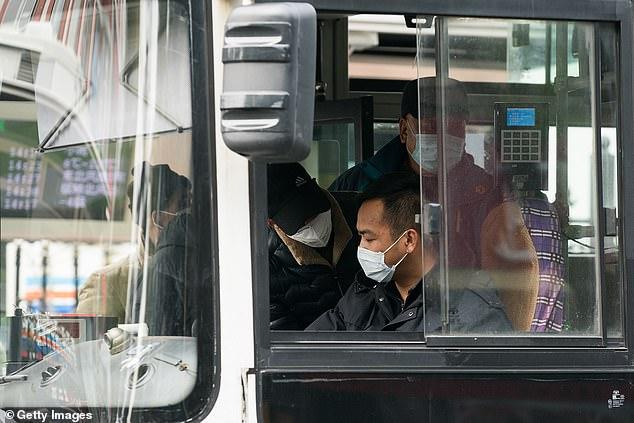 Автобус в Шанхае. И водитель и пассажиры в масках