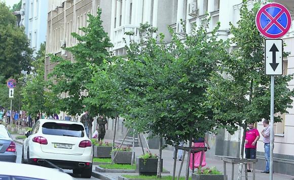 Дорогая иномарка мешала движению по улице Шелковичной
