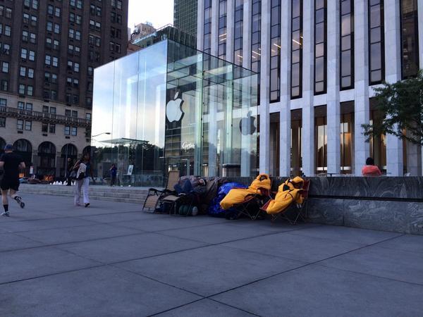 Желающие первыми купить новый смартфон ночуют возле магазина с понедельника