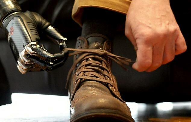 Бионическая рука позволяет зашнуровывать ботинки