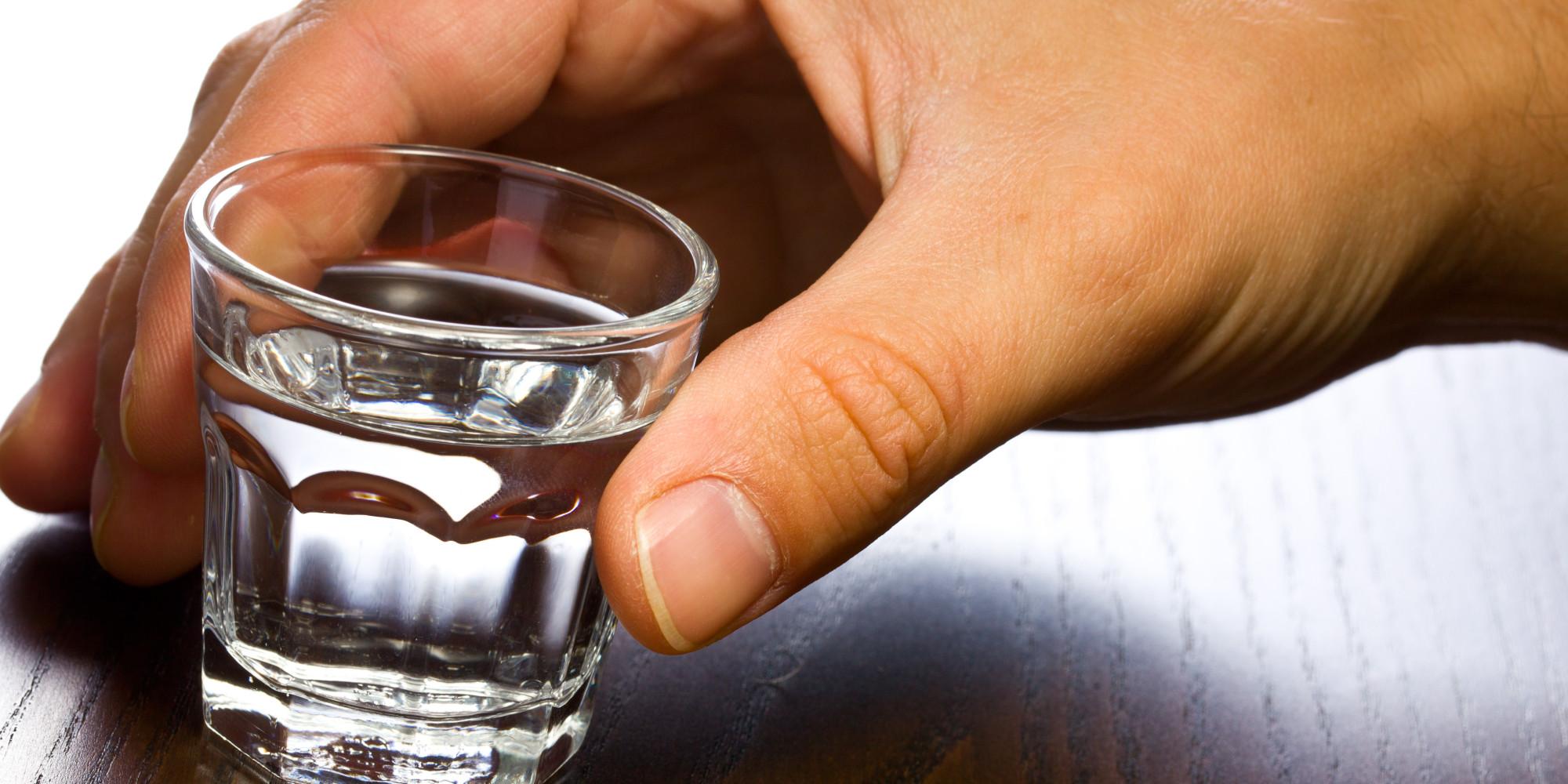 Опрокинуть стопку водки - самый простой способ снять похмелье, или начать опять напиваться