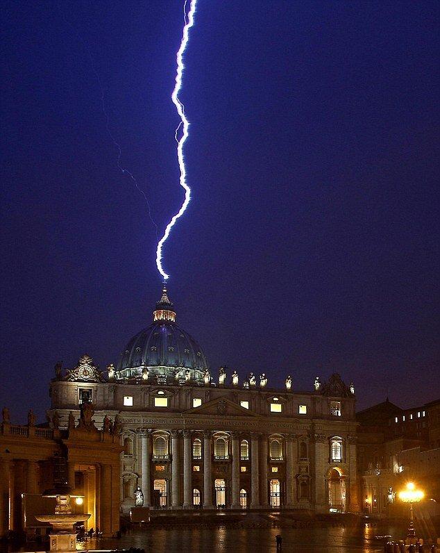 Молния попала в базилику собора Святого Петра в Риме