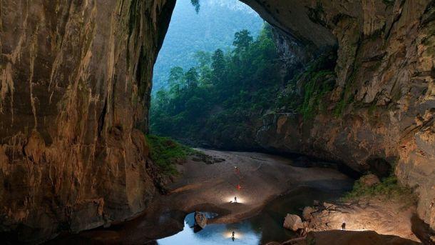 Внутри пещеры Шондонг разрослись настоящие джунгли