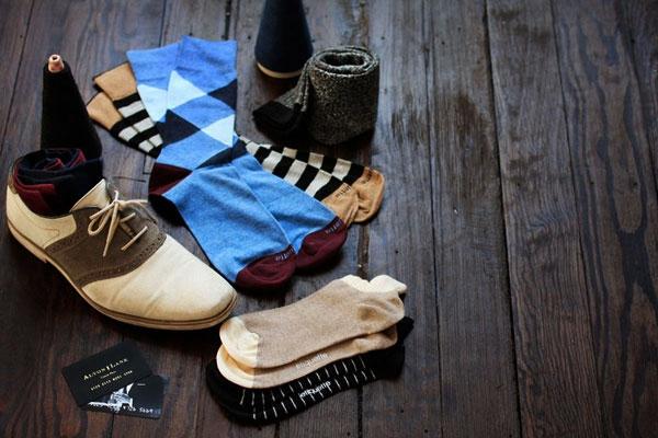Обувь - лицо мужчины. Она всегда обязана быть начищенной и в хорошем состоянии. А пока будешь приводить в порядок свои туфли, не забудь прикупить несколько пар сменных носков