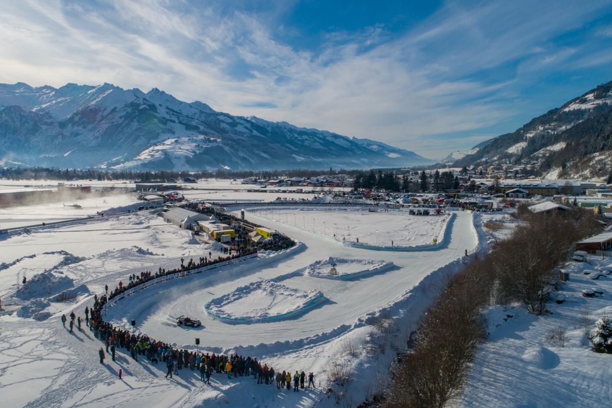 В Австрии после 45 - летнего перерыва возобновили ледовые гонки на замерзшем аэродроме в Целль-ам-Зее