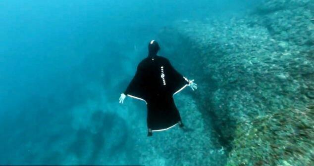 Костюм-крыло позволяет скользить в воде