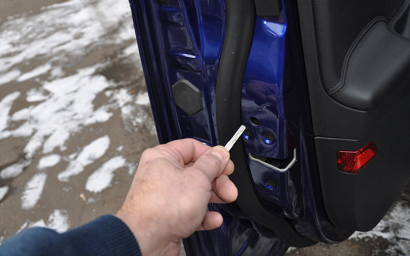 В торцах дверей авто спрятано специальное отверстие