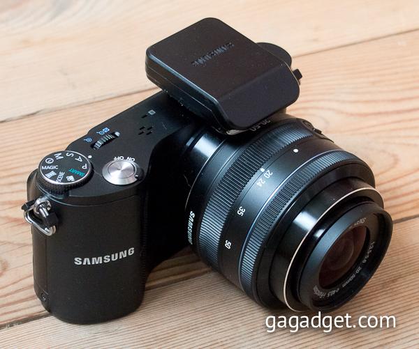 Внешняя вспышка Samsung SEF-8A (ведущее число 8) поставляется вместе с камерой