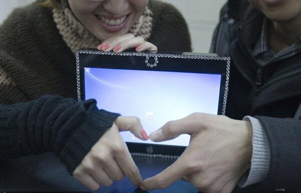 Гаджет студент подарил своей девушке