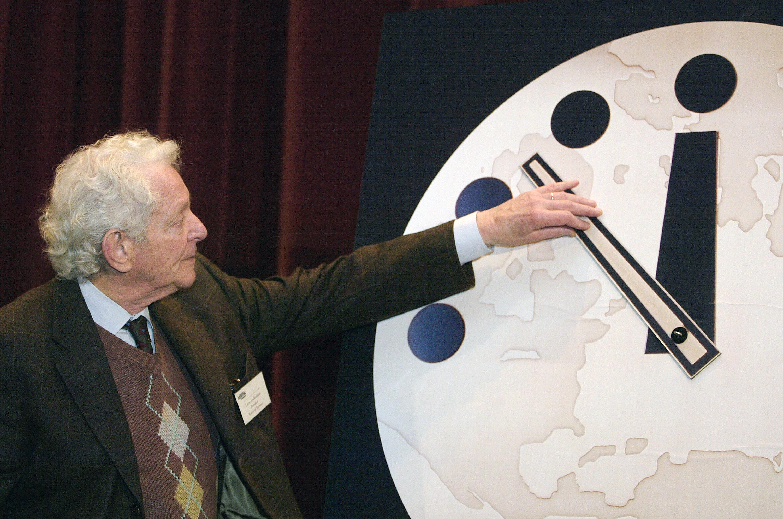 Часы судного дня перевели на без пяти двенадцать в 2012 году