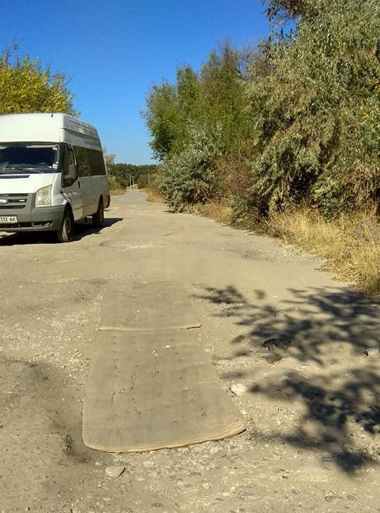 Глубокие ямы на одной из дорог закрыли обычными матрасами