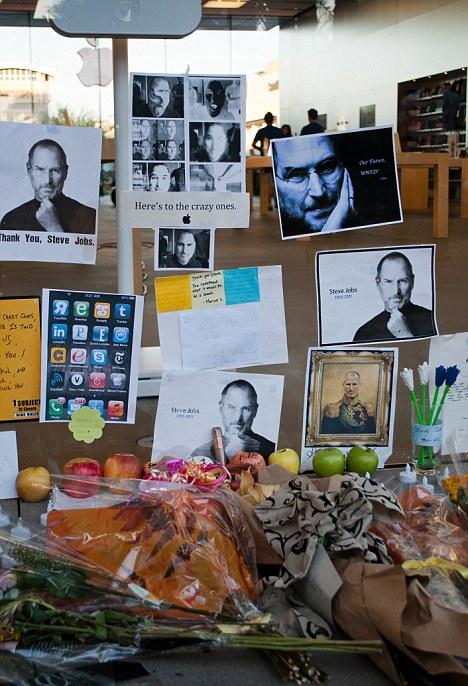 В День Стива Джобса фанаты несли яблоки, фото и свечи к магазинам